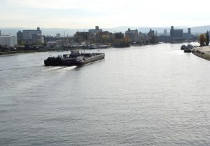 bateau navigation sur les eaux du Rhin