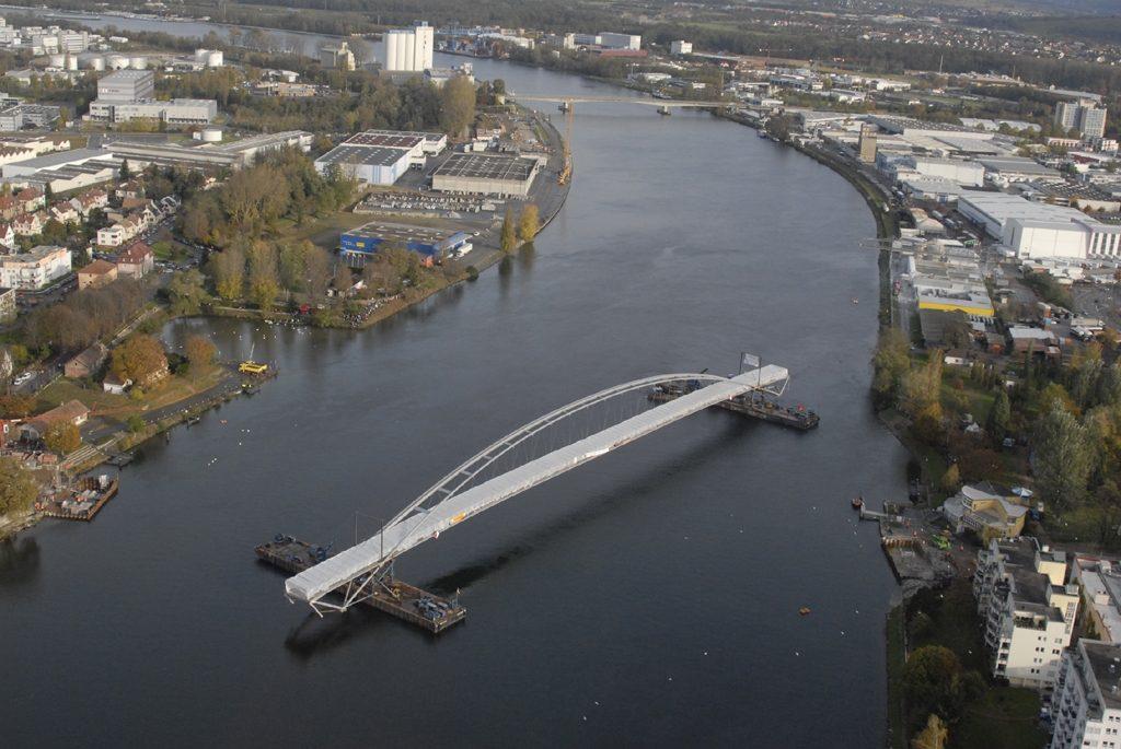 Déplacement par barge et installation Passerelle des 3 Pays (2006)